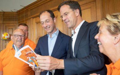 Premier Rutte ontvangt 1e exemplaar Wegwijzer BHV